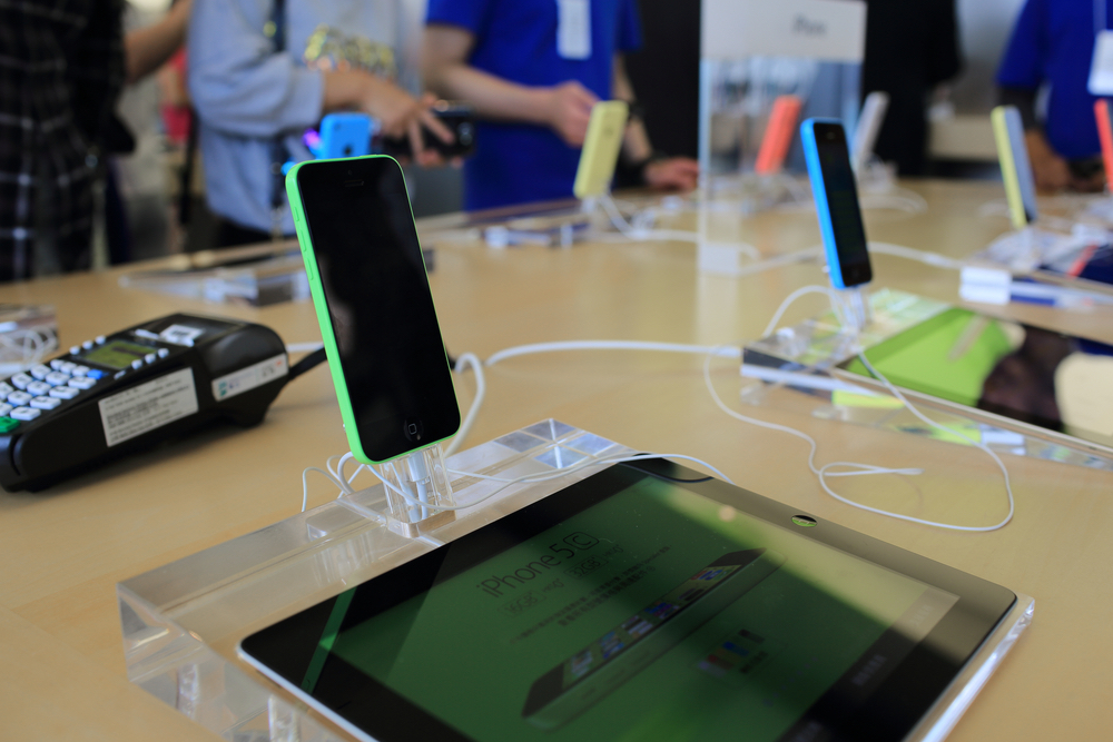 Weakening global demand is starting to show up cracks in the smartphone market, a new report has found.